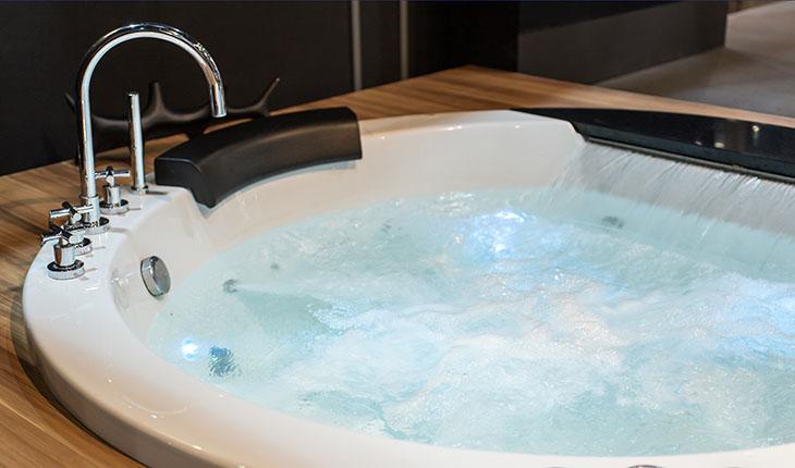 Varmvattenkapacitet saknas för det lyxiga bubbelbadkaret