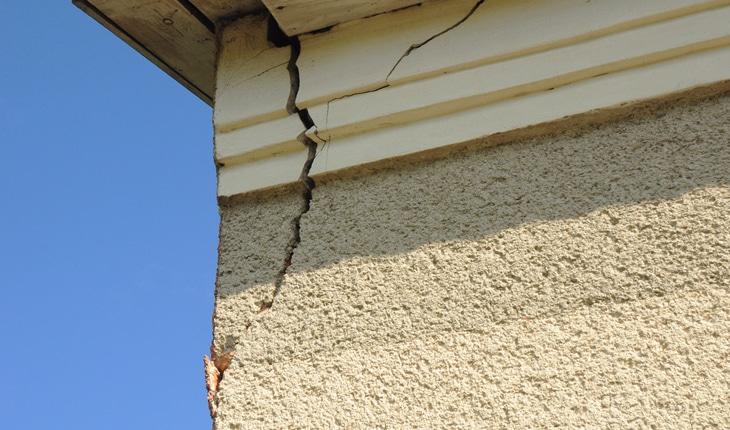 Hur långt sträcker sig bostadsrättsföreningens ansvar vid skador?